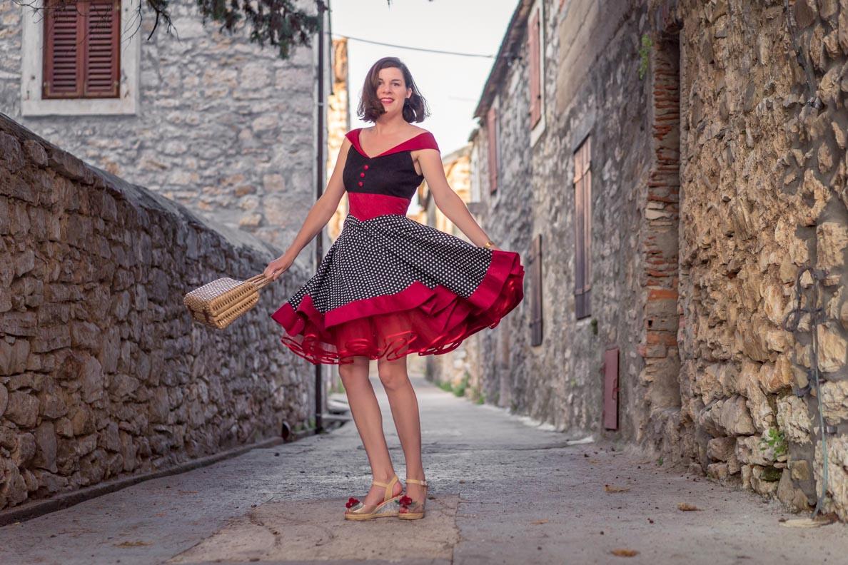 RetroCat mit einem roten Petticoat beim Tanzen