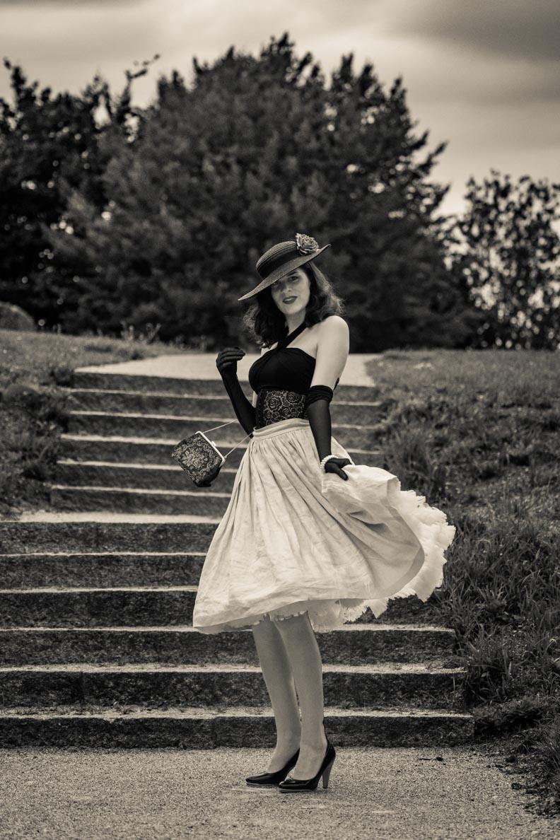Vintage-Fashion-Bloggerin RetroCat mit einem Retro-Outfit und passendem Petticoat
