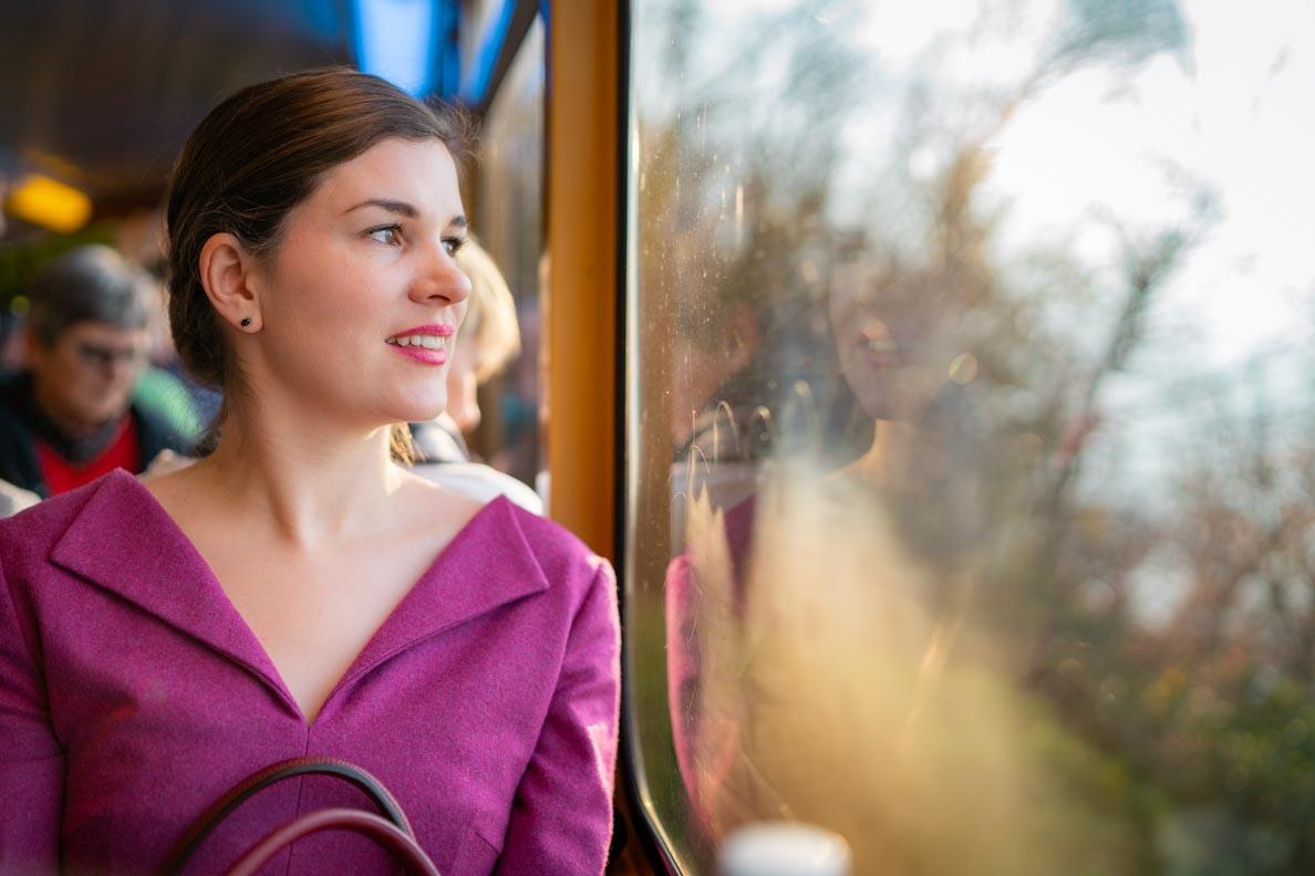 RetroCat blickt aus dem Fenster der Zahnradbahn auf den Rochers de Naye