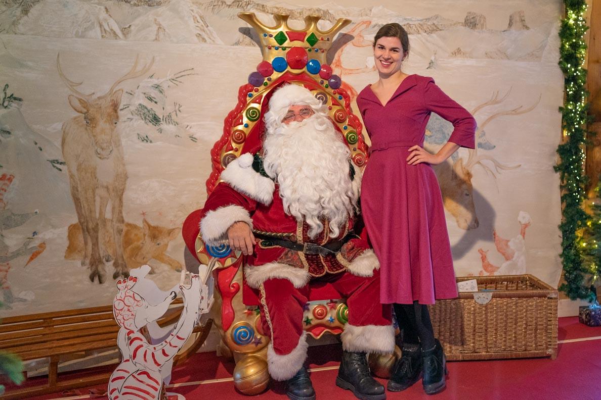 Bloggerin RetroCat mit dem Weihnachtsmann in seinem Büro auf dem Rochers de Naye
