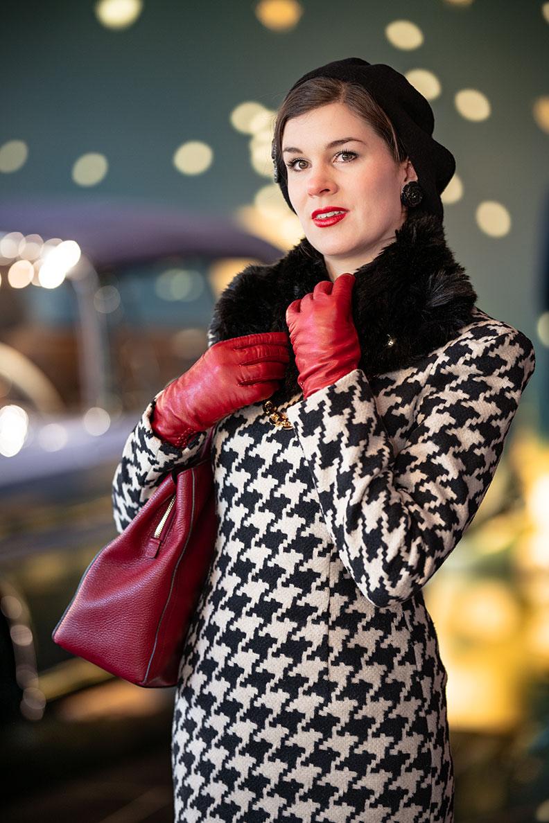 Vintage-Bloggerin RetroCat in einem klassischen Retro-Kleid mit Hahnentrittmuster und passenden Accessoires