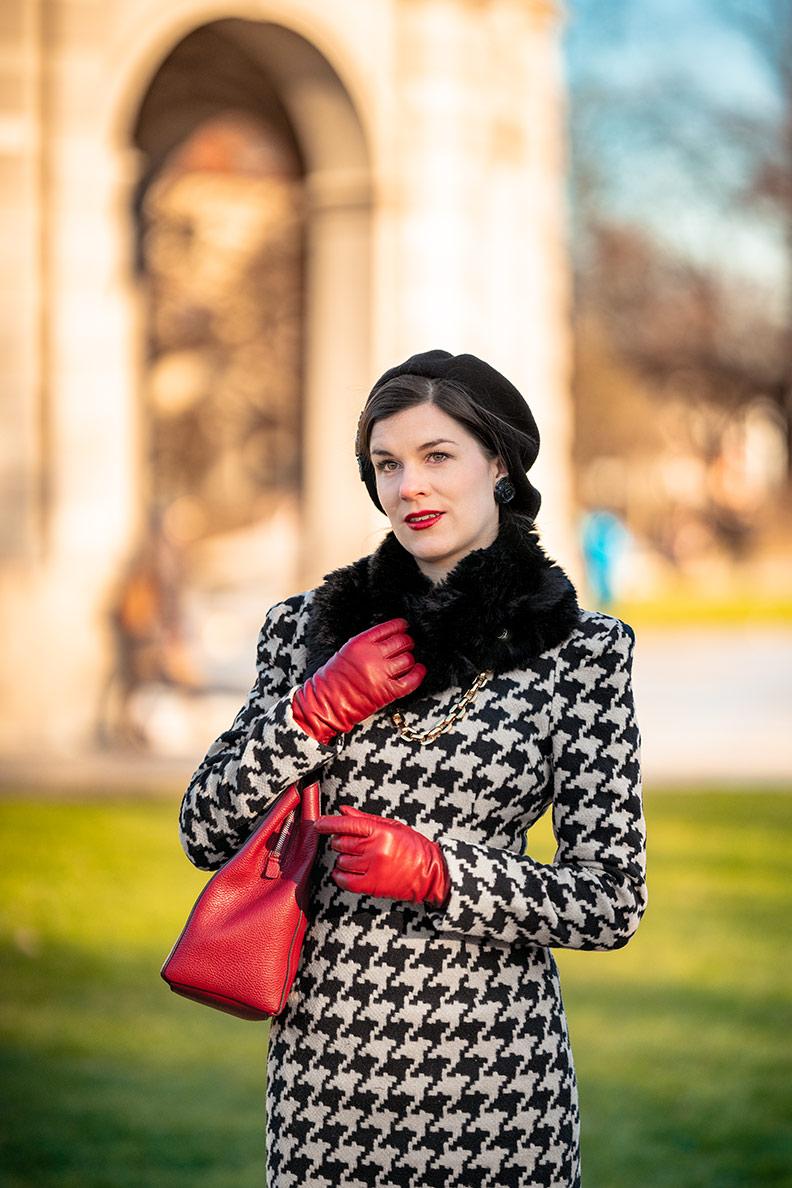 Vintage-Mode-Bloggerin RetroCat in einem 50er-Jahre-Kleid mit Hahnentrittmuster
