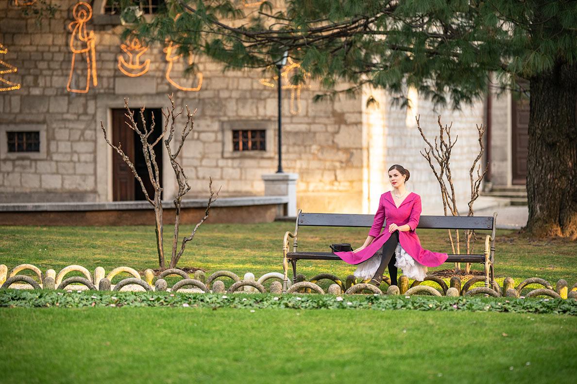 RetroCat mit Retro-Kleid und Petticoat in einem Park in Opatija/Kroatien