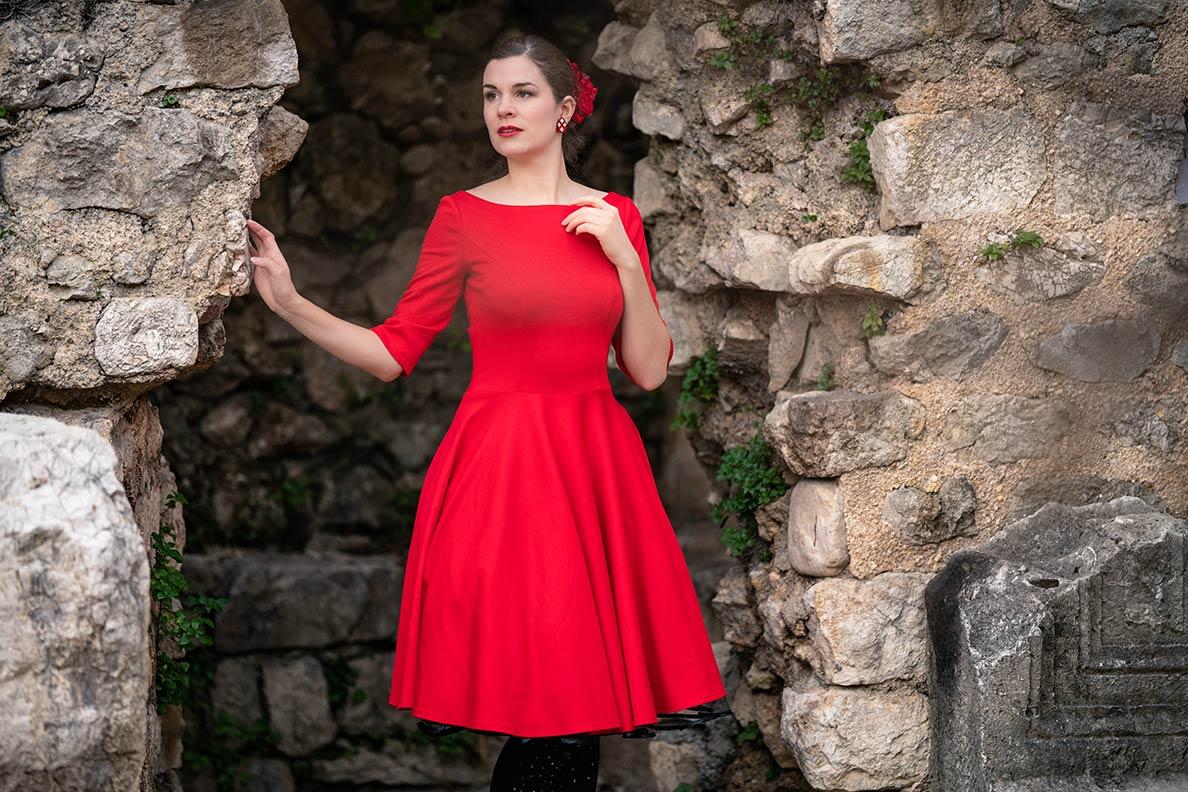 Sandra vom Vintage-Blog RetroCat in einem roten Retro-Kleid aus Jersey in Kroatien