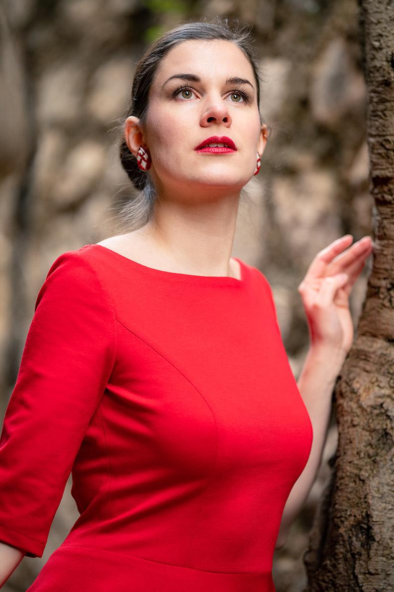 RetroCat in einem roten Jersey-Kleid im Vintage Stil von Atelier Belle Couture