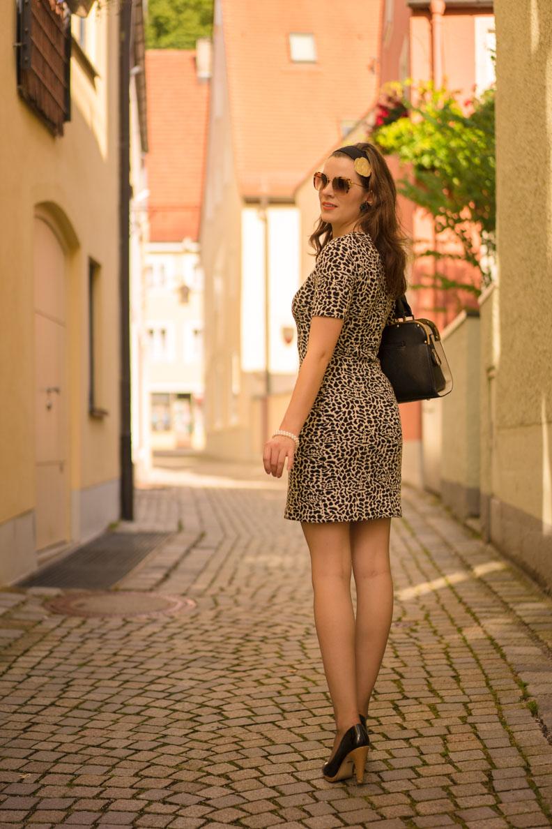 Sandra vom Fashion Blog RetroCat trägt ein Kleid mit Animal Print