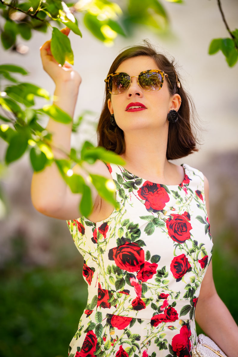 Vintage-Fashion-Bloggerin RetroCat in einem Kleid mit Blumenprint