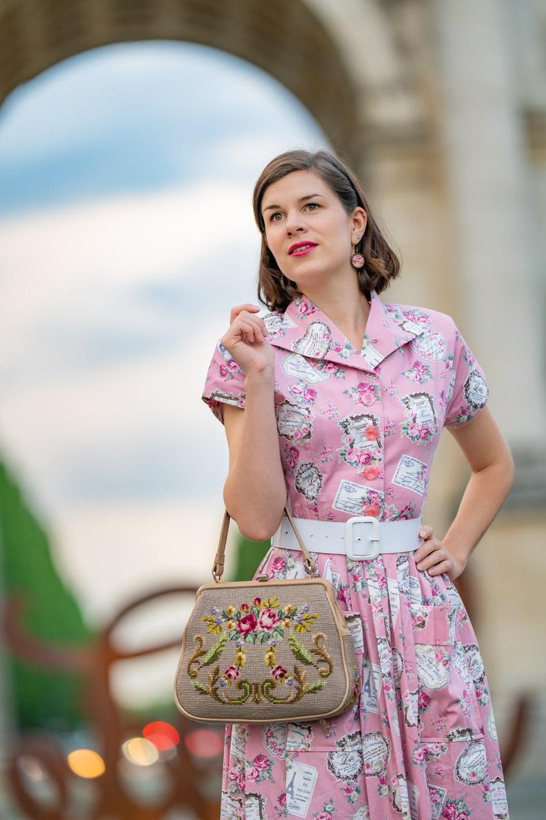 Fashion-Bloggerin RetroCat mit einem breiten Taillengürtel im Retro-Stil