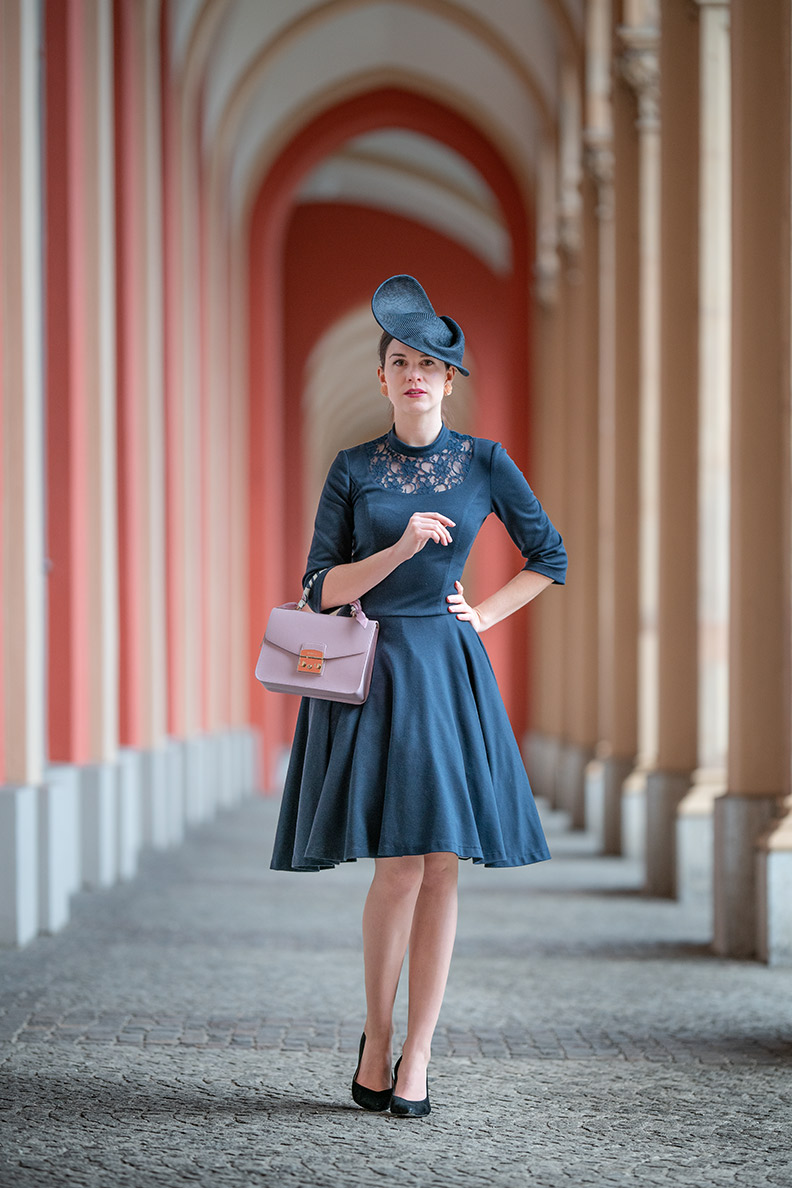 Vintage-Mode-Bloggerin RetroCat mit Retro-Kleid und Fascinator