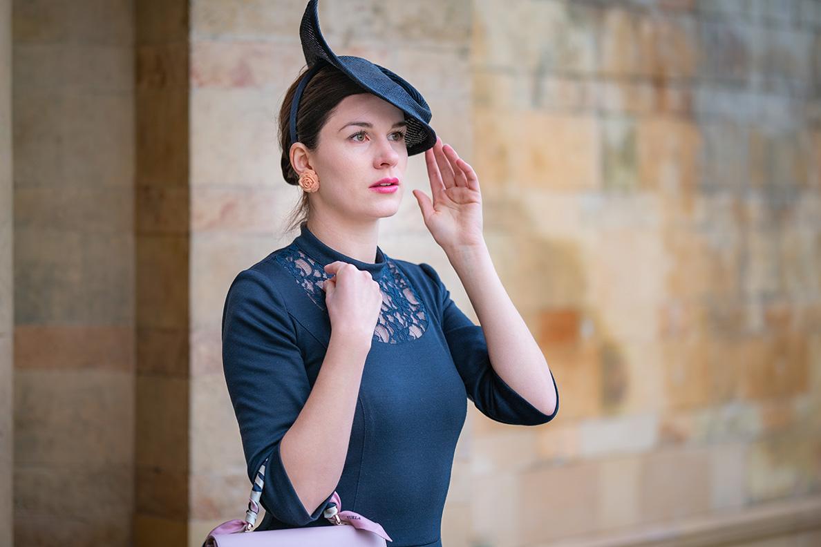 Mode-Bloggerin RetroCat mit einem Fascinator mit Haarreif von Nicki Marquardt München