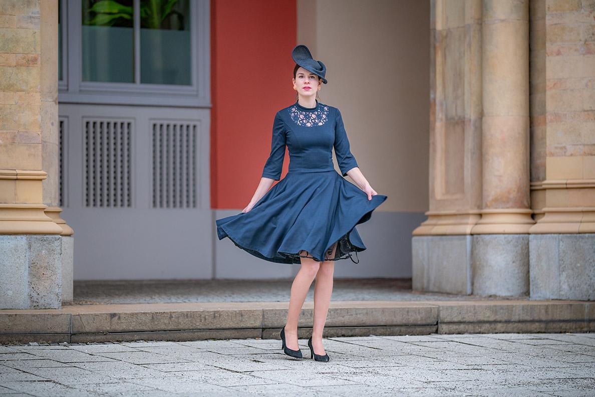 Vintage-Mode-Bloggerin RetroCat mit Petticoat-Kleid und Fascinator