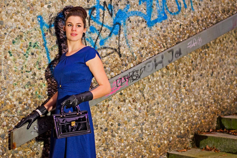 Mode-Bloggerin RetroCat mit einem Kleid in der Trendfarbe 2019 Princess Blue