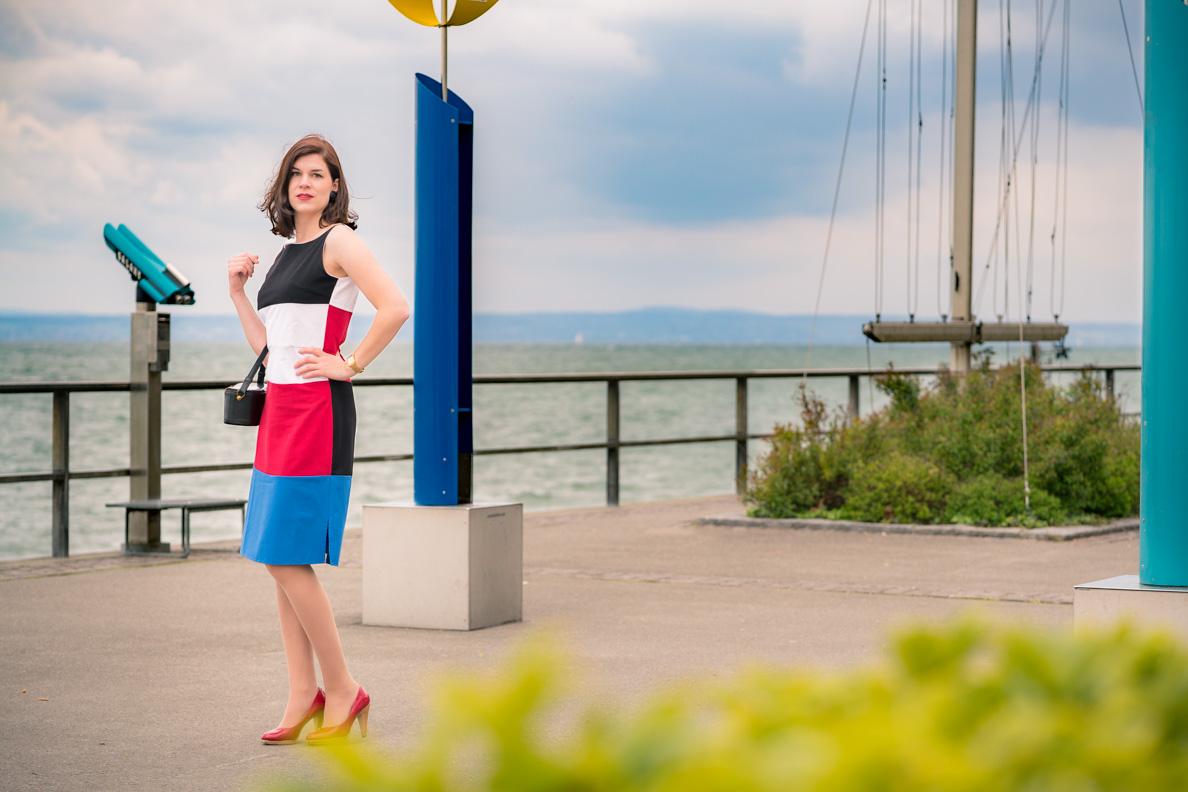 Colour-Blocking: Sandra vom Fashion-Blog RetroCat trägt ein außergewöhnliches Retro-Kleid von Grünten Mode