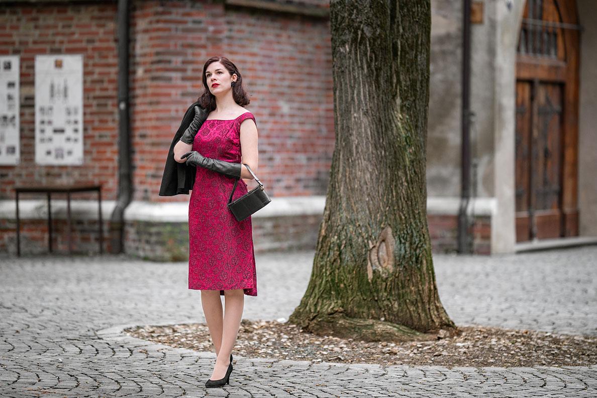 Vintage-Mode-Bloggerin RetroCat in einem roten Vintage-Kleid von Fräulein Anders