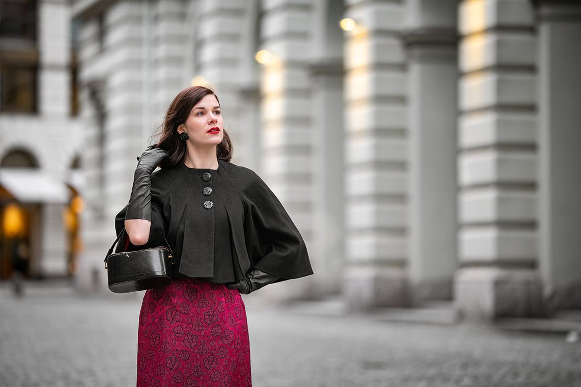 Fashion-Bloggerin RetroCat mit langen Lederhandschuhen in Schwarz