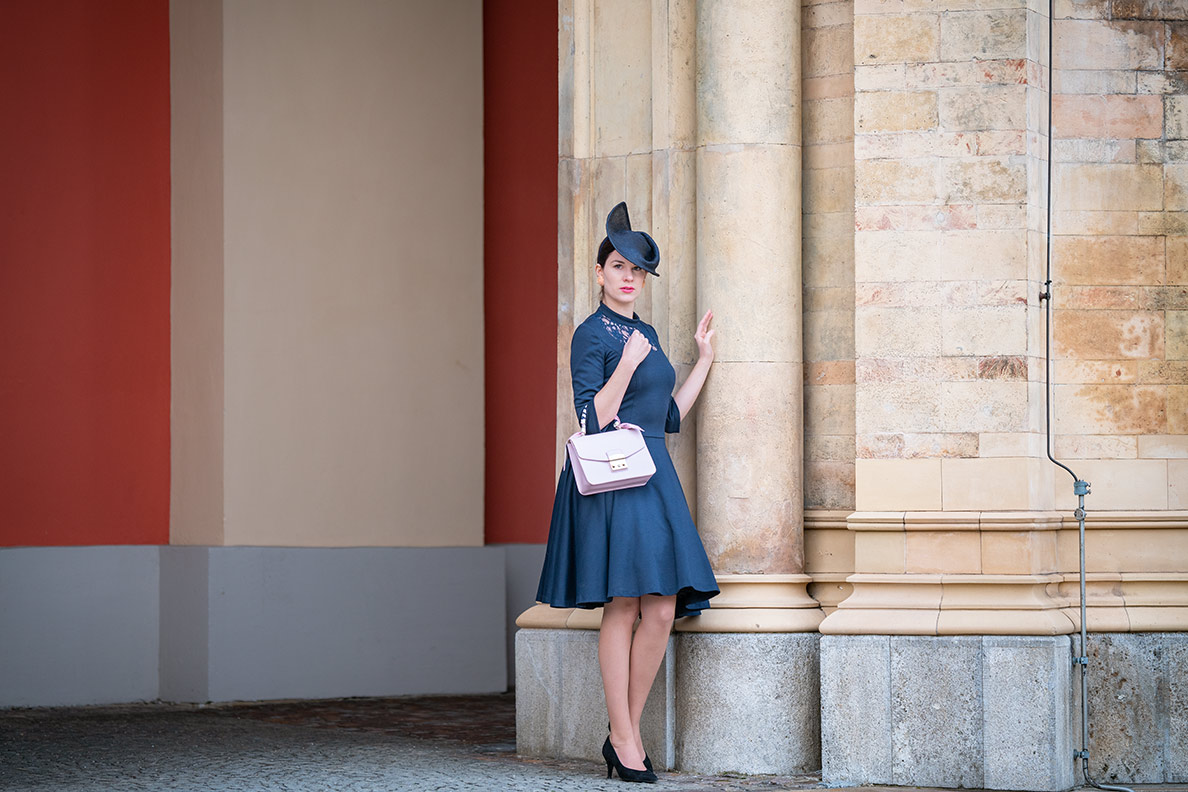 Vintage-Mode-Bloggerin RetroCat in Pumps mit V-Ausschnitt