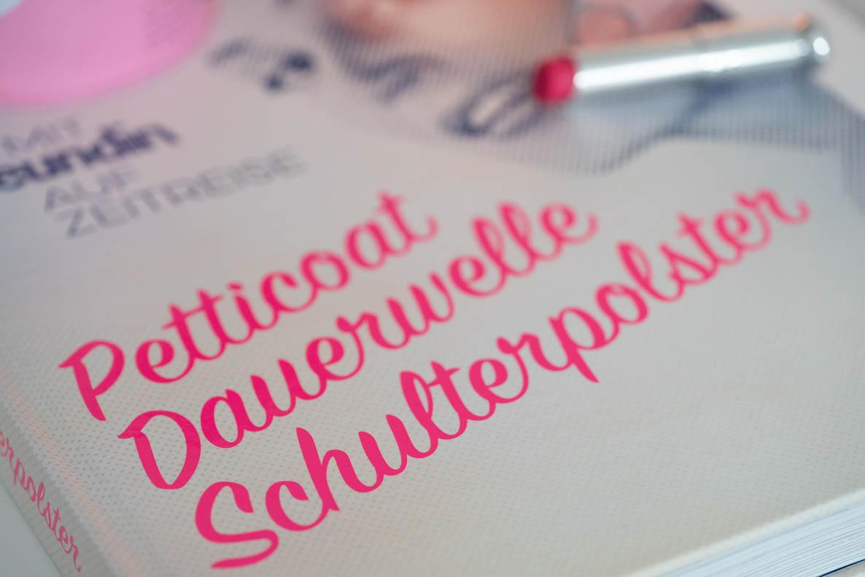 Petticoat, Dauerwelle, Schulterpolster: RetroCat geht gemeinsam mit Freundin auf eine Zeitreise