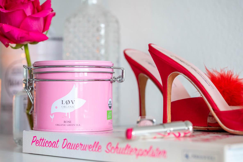 Tee von Lov Organic, Buchtipp, Schuhe und Lippenstift