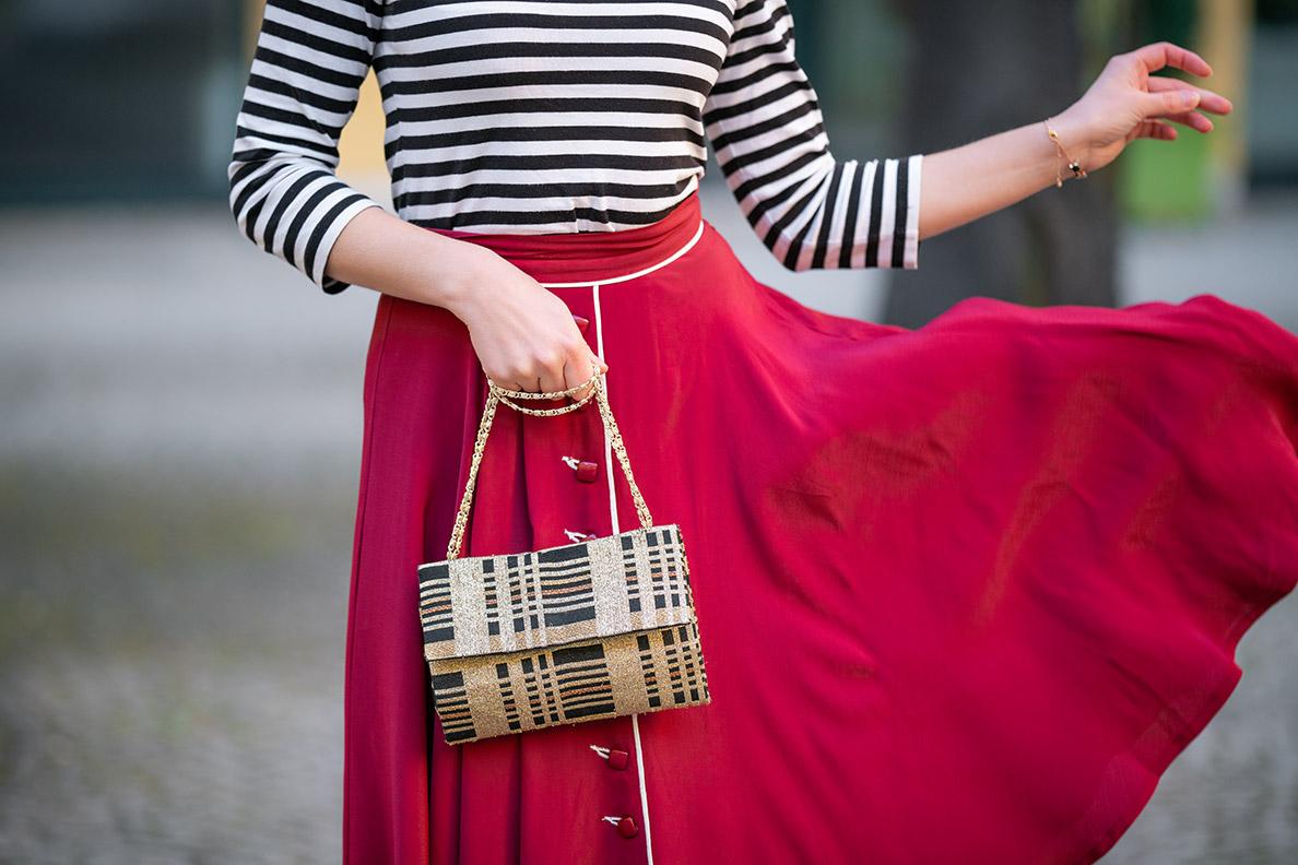 Bloggerin RetroCat mit einer eleganten Vintage-Abendtasche