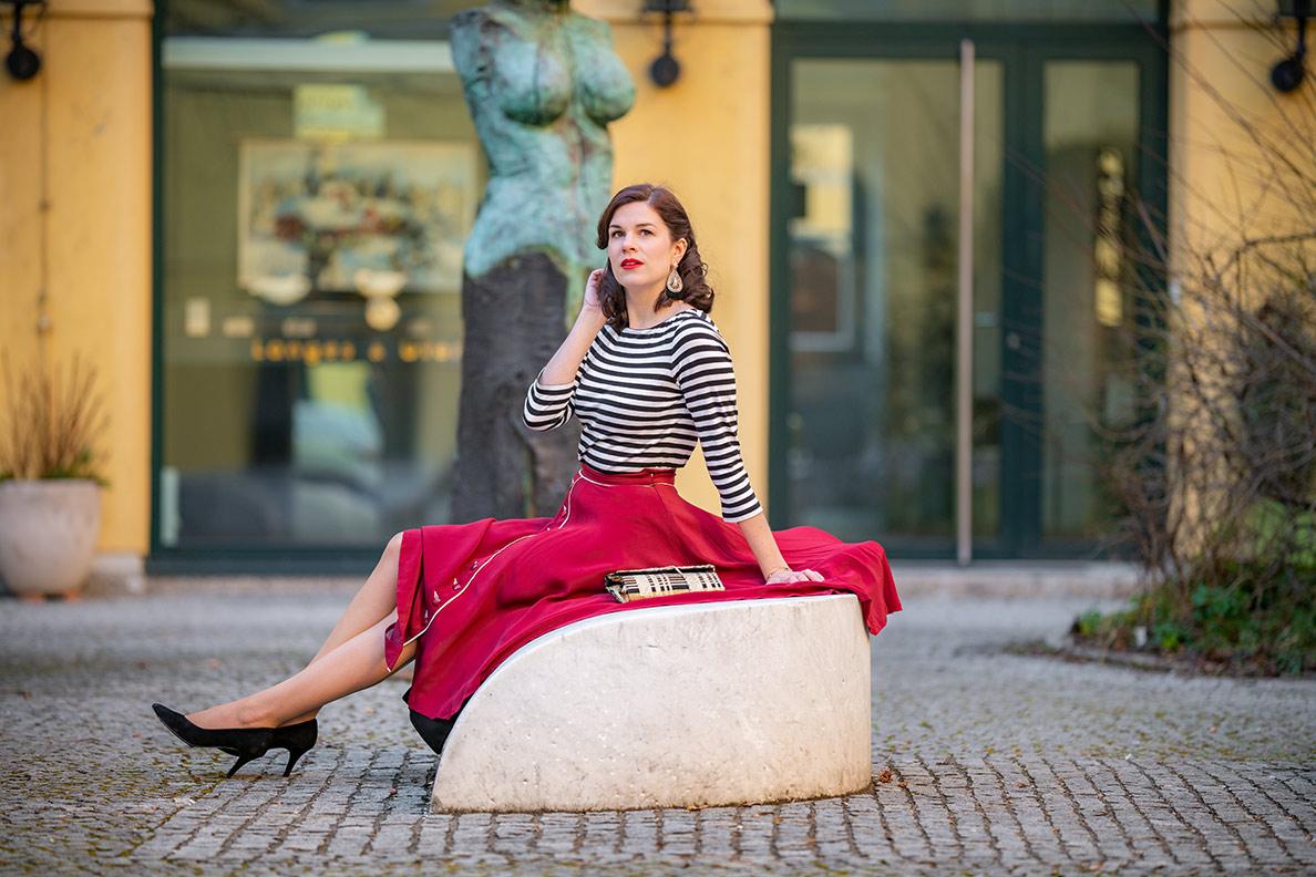 Fashion-Bloggerin RetroCat in einem Streifenshirt in München