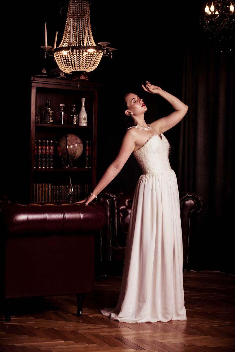 Nicole Rhoslynn in einem weißen Abendkleid