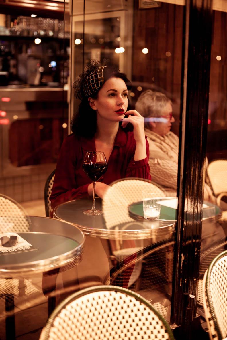 Nicole Rhoslynn alias Madame Rhos mit einem Glas Wein