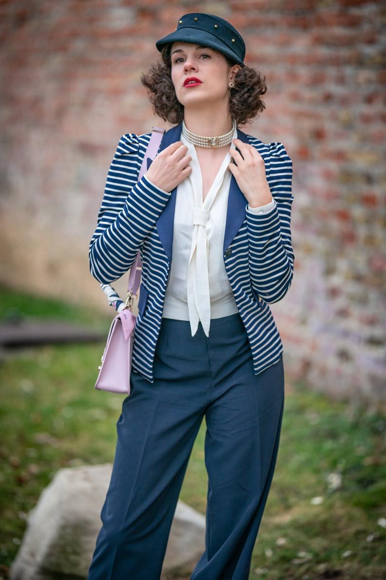Maritimer Look: Vintage-Mode-Bloggerin RetroCat trägt einen Streifen-Blazer zur marineblauen Hose