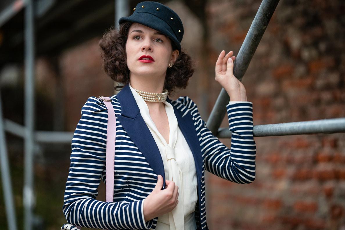 Maritimer Look: Fashion-Bloggerin RetroCat mit einem gestreiften Blazer und einer Schluppenbluse
