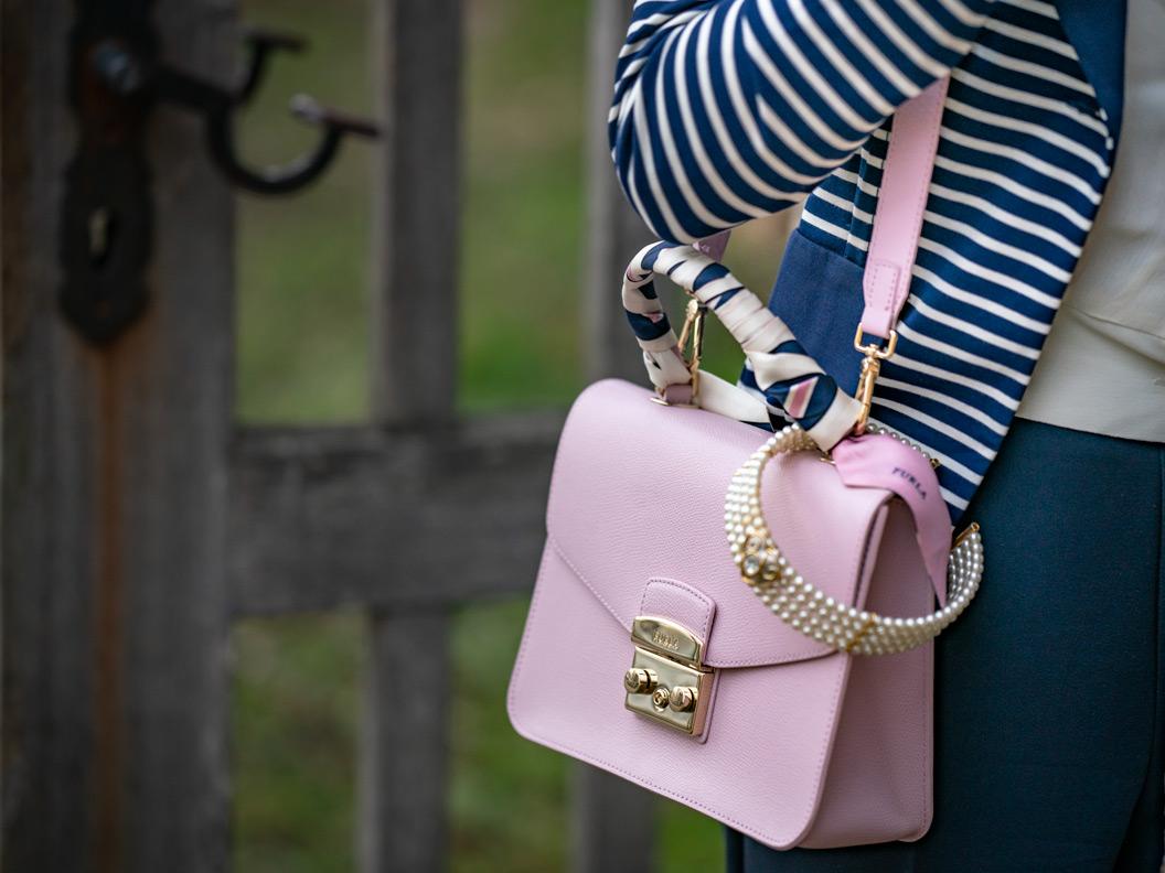 "RetroCat mit der rosa farbenen Furla Handtasche ""Metropolis"""