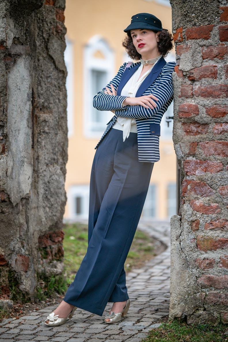 Sandra vom Vintage-Mode-Blog RetroCat mit Marlene-Hose, Blazer und 50er-Jahre-Hut in Marineblau