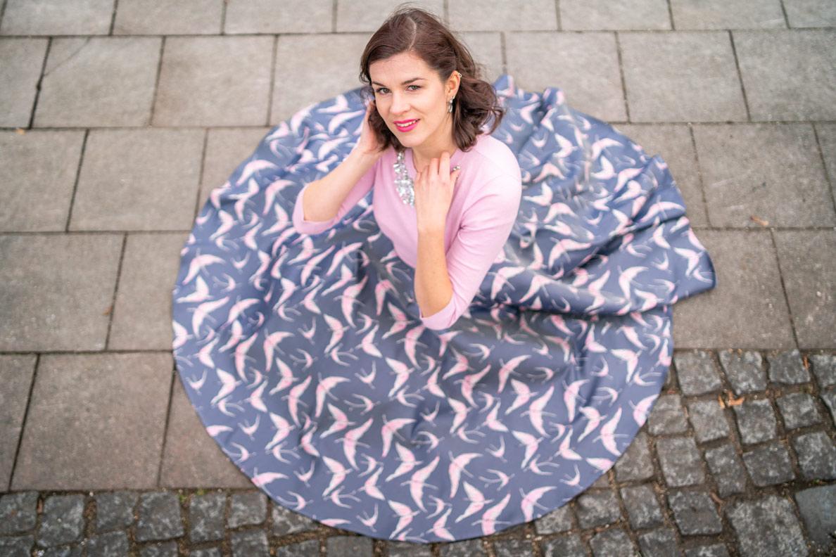 Vintage-Mode-Bloggerin RetroCat in einem klassischen Tellerrock (kreisrunder Schnitt)