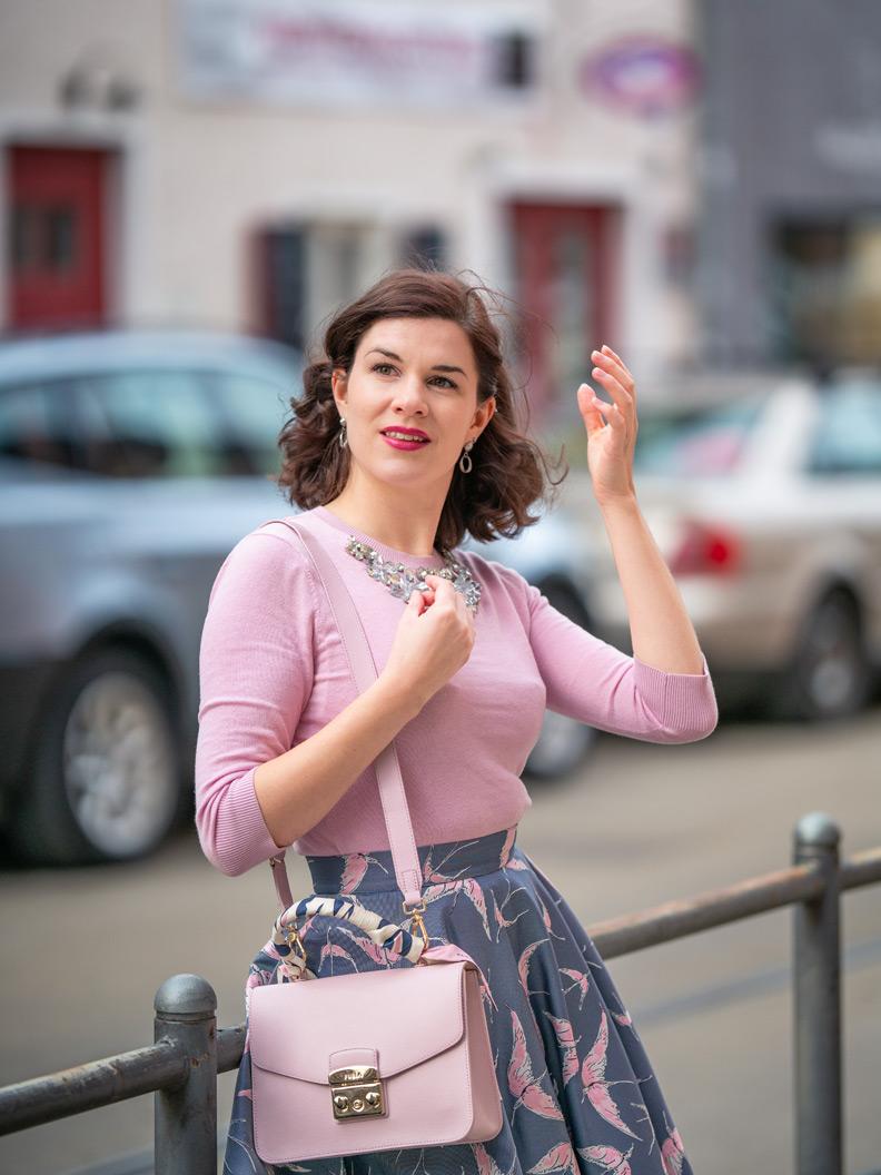 Fashion-Bloggerin RetroCat mit rosa Sweater und passendem Make-up