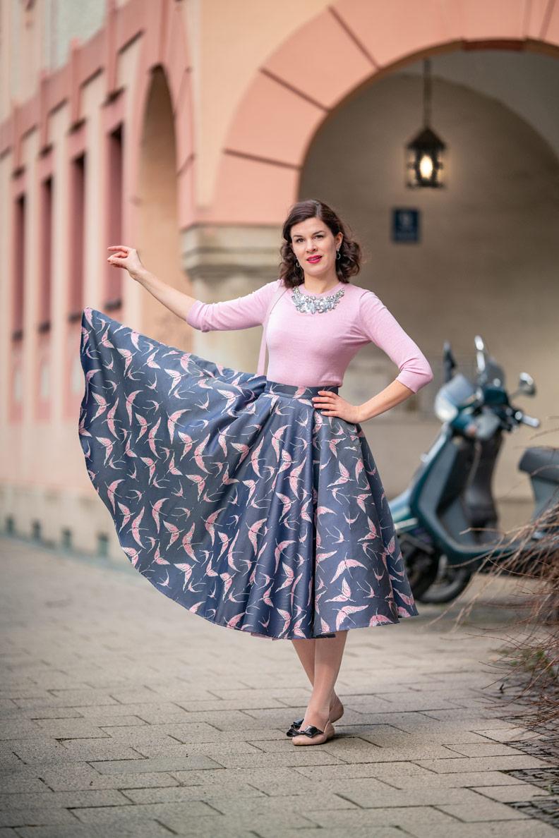 Fashion-Bloggerin RetroCat präsentiert einen Tellerrock von Vivien of Holloway