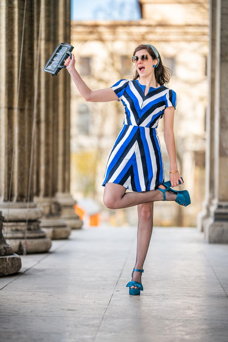 Vintage-Mode-Bloggerin RetroCat mit einem Minikleid im Stil der 60er und passenden Accessoires