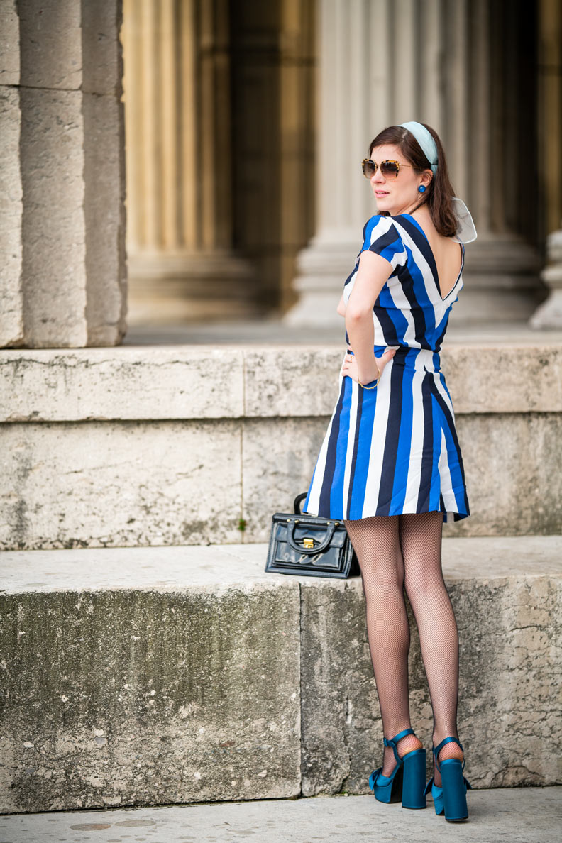 Retro-Bloggerin RetroCat mit dem Blue V Dress von Grünten Mode