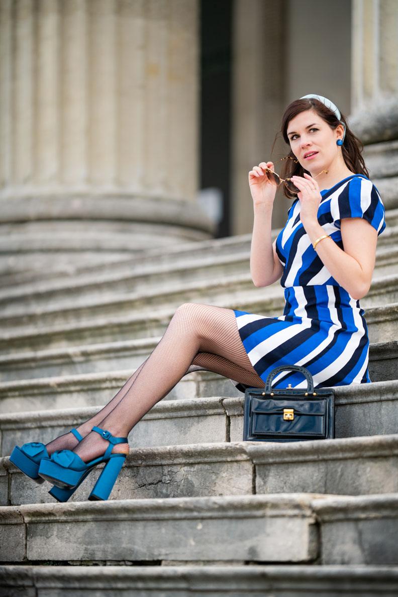 Fashion-Bloggerin RetroCat mit Minikleid von Grünten Mode, Netzstrumpfhose von Secrets in Lace und Retro-Accessoires