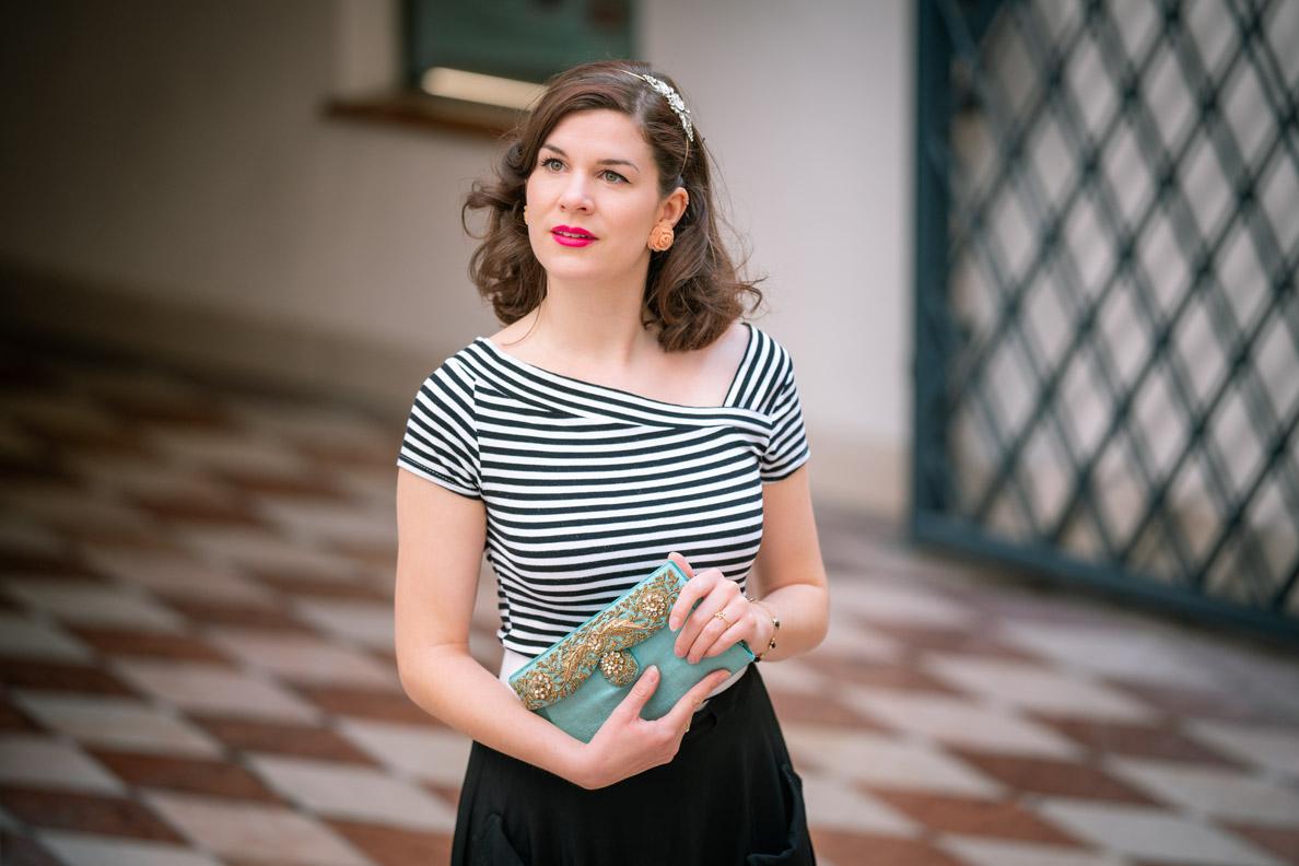 Vintage-Fashion-Bloggerin RetroCat in einem Streifenshirt mit Querstreifen