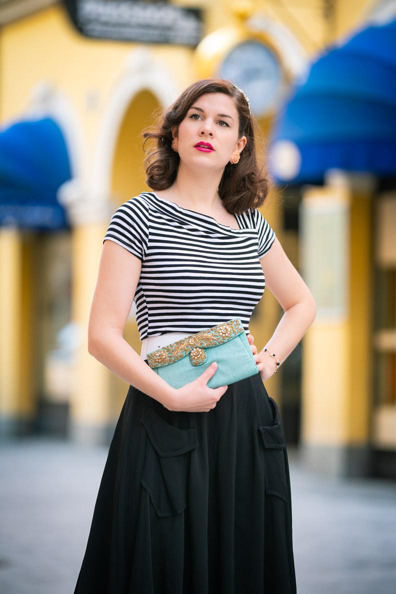 Vintage-Mode-Bloggerin RetroCat mit schwarzem Retro-Rock und einem Streifenshirt