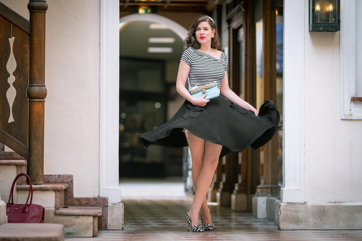 Vintage-Mode-Bloggerin RetroCat mit Streifenshirt, Nylons und Tellerrock beim Tanzen