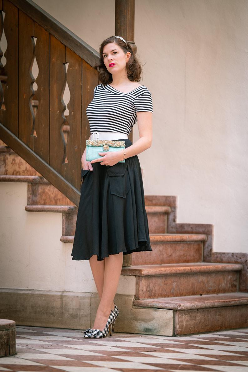 Fashion-Bloggerin RetroCat mit schwarzem Rock und gestreiftem T-Shirt