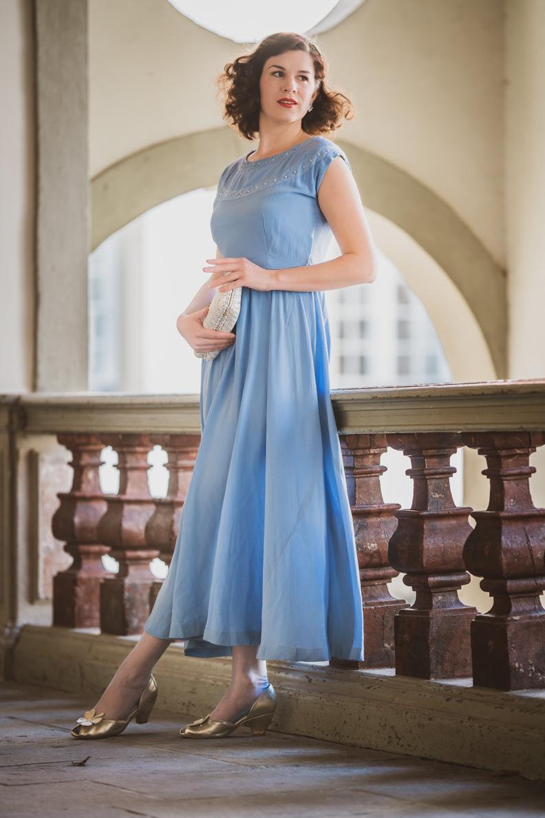 RetroCat in einem 30er-Jahre-Kleid in Hellblau