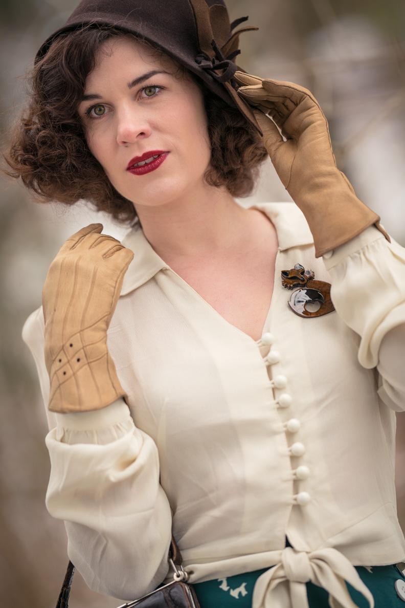 Accessoires der 30er: RetroCat mit Filzhut und Lederhandschuhen