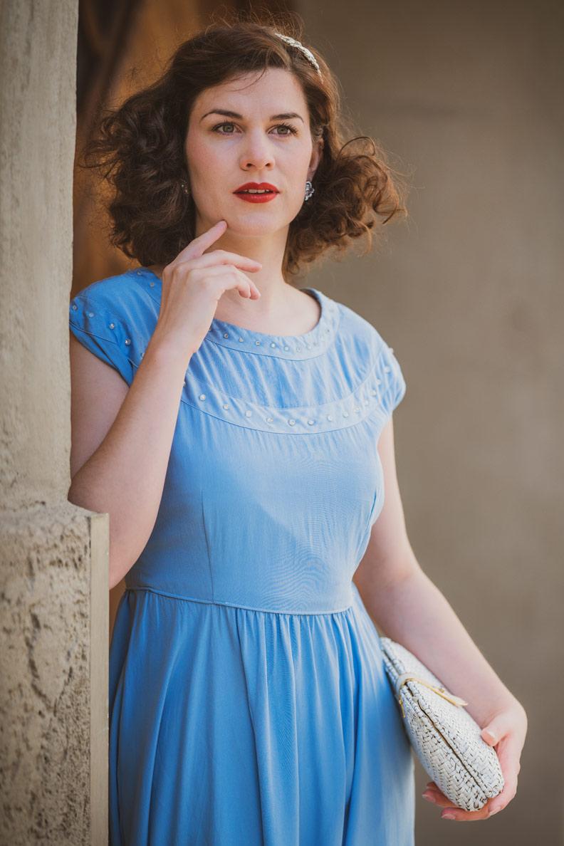 RetroCat mit einem originalen Kleid aus den 1930ern und einer Vintage-Handtasche