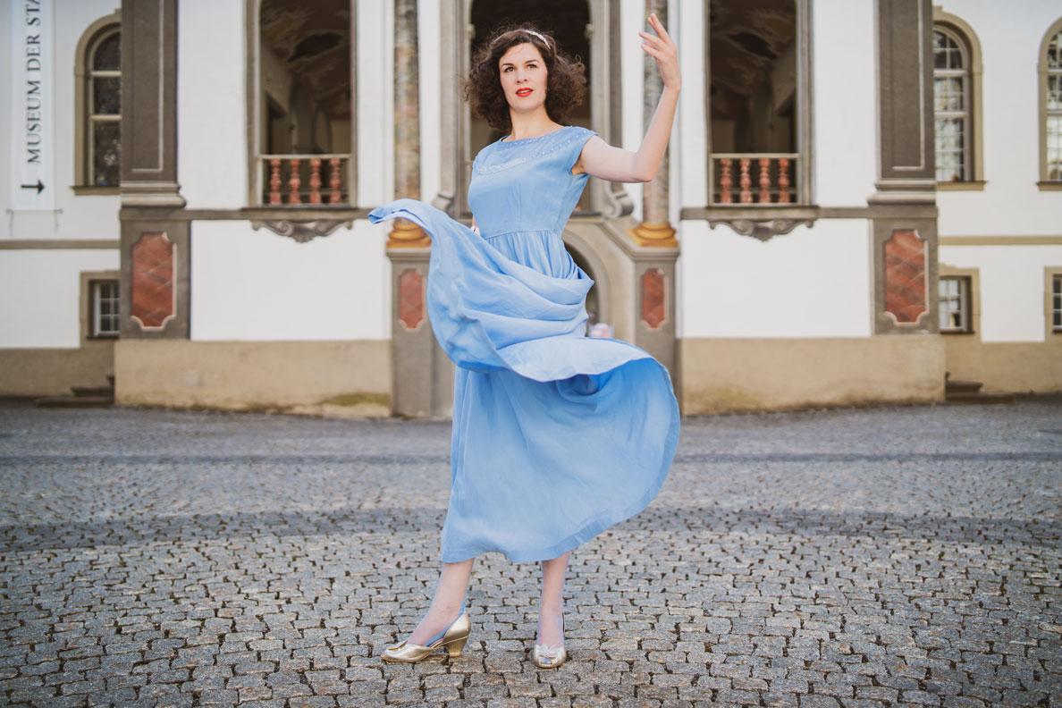 Mode-Bloggerin RetroCat in einem klassischen Vintage-Kleid aus den 30er-Jahren