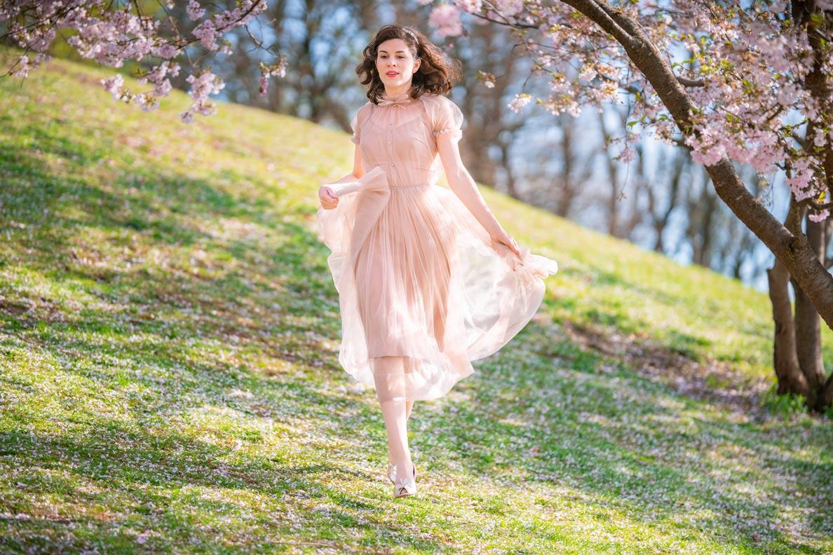 Mode-Bloggerin RetroCat in einem Tageslook mit rosa Tüllkleid von Ginger Jackie