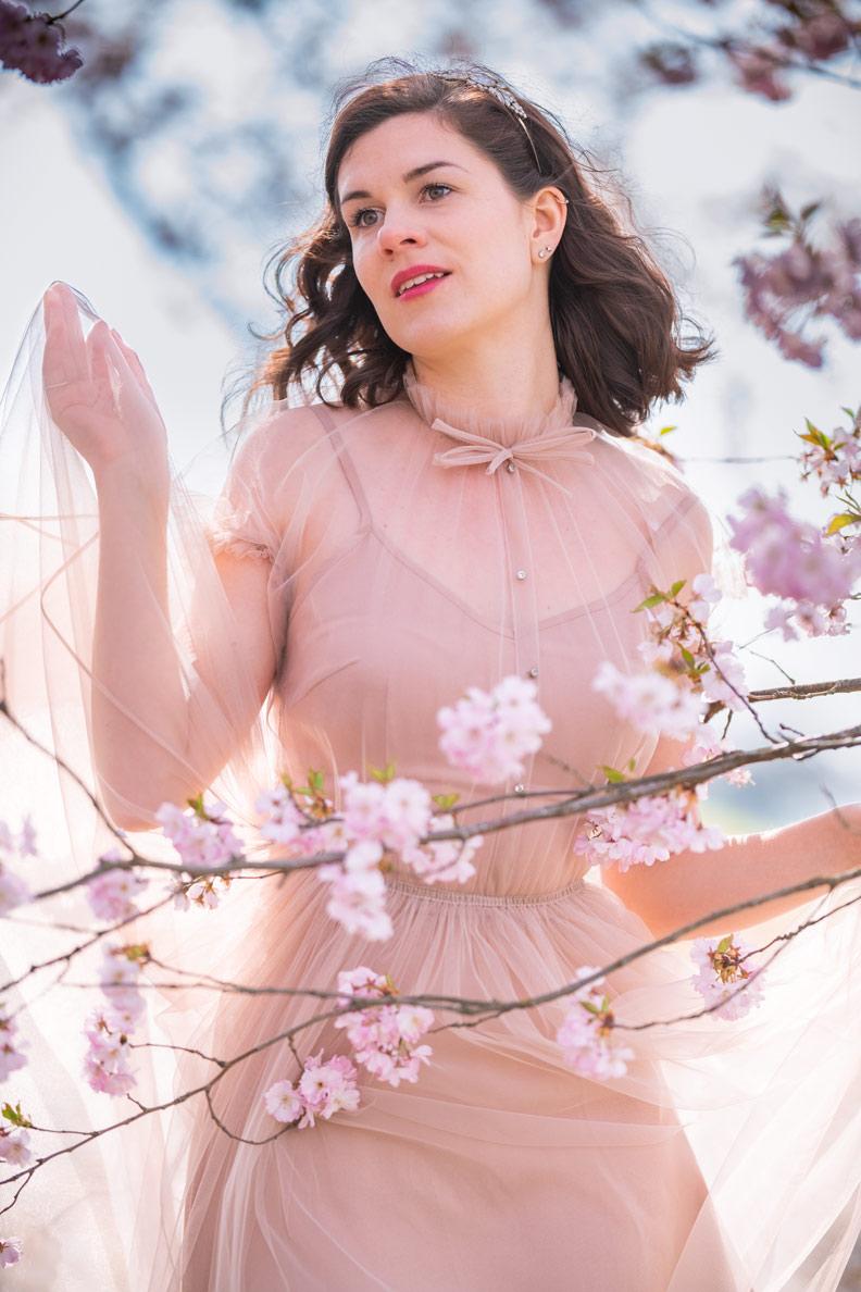 Vintage-Mode-Bloggerin RetroCat in einem rosa Tüllkleid von Ginger Jackie