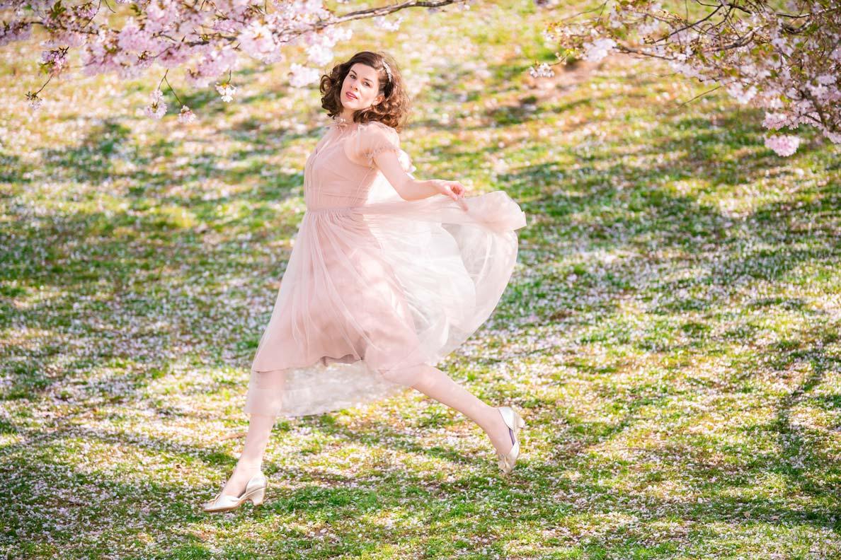 RetroCat in einem flatternden Tüllkleid von Ginger Jackie während der Kirschblüte im Olympiapark München