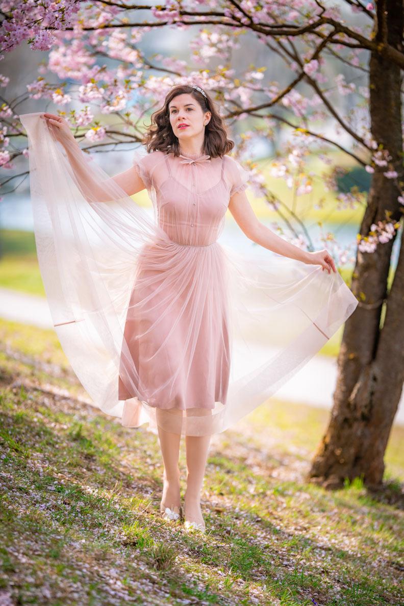 Fashion-Bloggerin RetroCat einem Tüllkleid von Ginger Jackie in der Kirschblüte