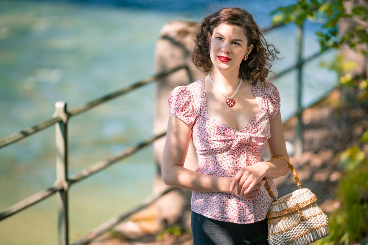 RetroCat in einer sommerlichen Retro-Bluse von Lena Hoschek an der Isar