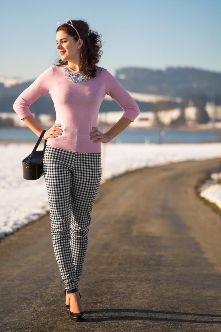 Im Stil von Brigitte Bardot: RetroCat mit Vichykaro-Hose und rosa Top